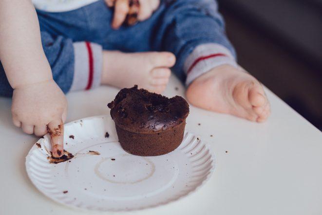 idade-criança-comer-chocolate